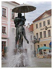 Estonia, fontana degli innamorati sotto la pioggia